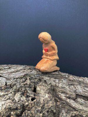 Mädchen mit Herz, handgeschnitzt aus Lindenholz